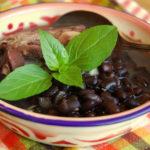 מרק שעועית שחורה ועל בישול ארוך שחייב להגיע לסופו