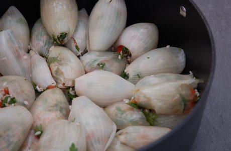 בצל ממולא באורז עגול, עגבניה, פטרוזיליה ונענע מיובשת ברוטב חמוץ-מתוק ממכר