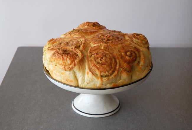 עוגת שושנים מלוחה עם קשקבל ופסטו כוסברה